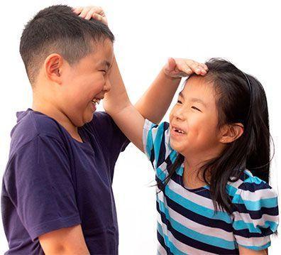 Niños jugando midiendo su altura