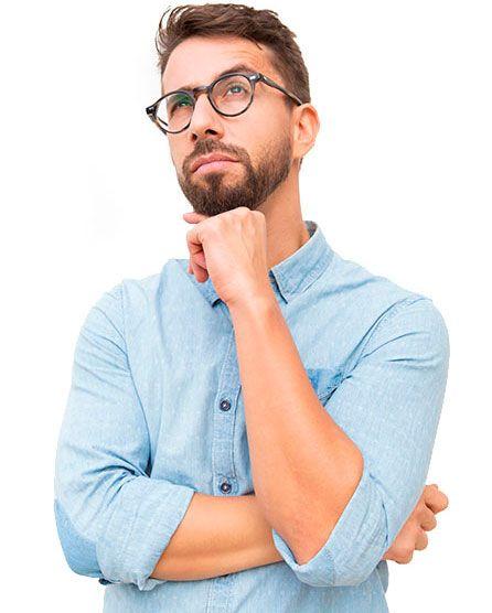 Chico pensando con gafas y camisa azul