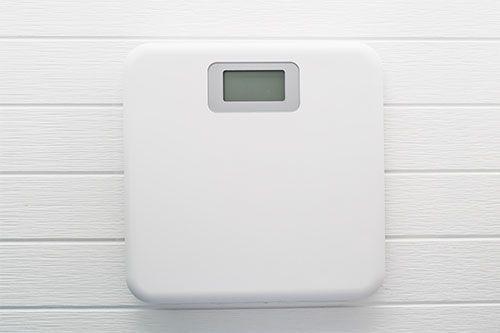 Báscula digital color blanco sobre fondo de madera