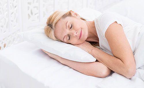 Mujer adulta con movilidad reducida en cama articulada