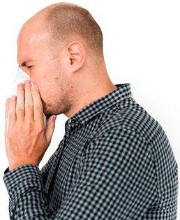 Hombre de perfil con camisa a cuadros con alergia y pañuelo